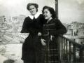 Las hermanas de D. José, Carmelina (de postulante Carmelita) y Ana María en la terraza de la casa familiar (al fondo el Alcázar de Toledo en Ruinas)