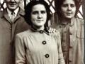 D. José y sus hermanas Carmelina y Ana María en el momento de montarse en el coche para ir al Seminario