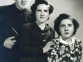Con sus hermanas Carmelina y Ana Mª antes de su ingreso en el Seminario de Comilla