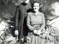 En el jardín de su casa antes del ingreso de su hermana Carmelina en el Carmelo de Donamaría